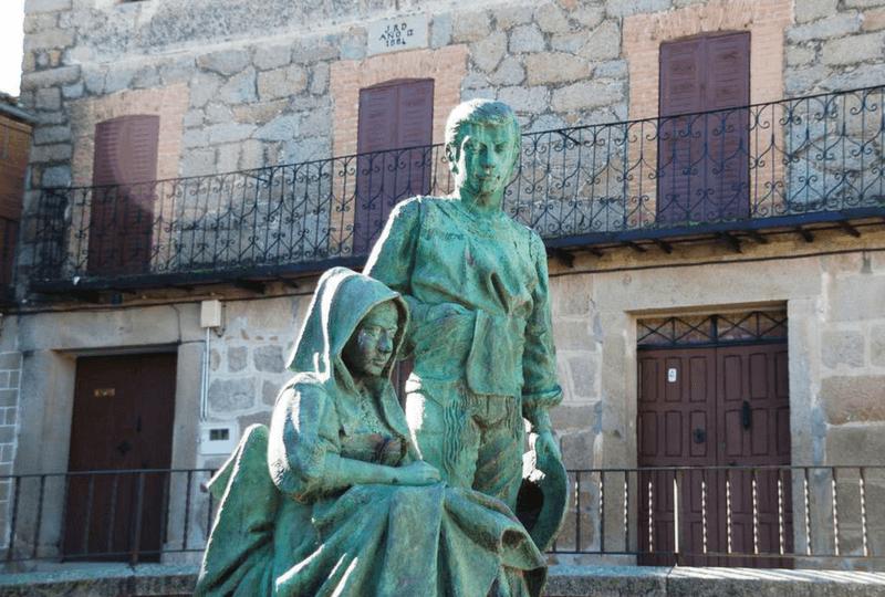 Estatua de bordadora en Lagartera