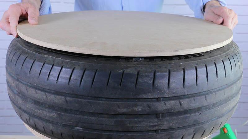 Pegado de la cubierta de madera sobre el neumático