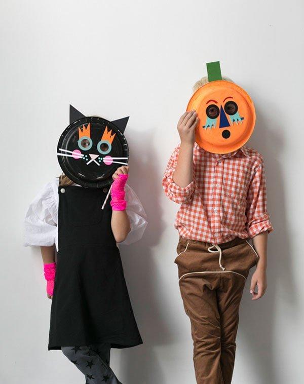 Máscaras de Halloween con platos de cartón