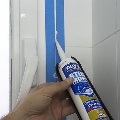 Cómo aplicar silicona en el baño