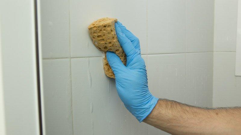 C mo poner silicona en el ba o handfie diy - Como limpiar el moho del bano ...