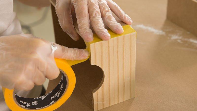 Aplicación de cinta de carrocero antes de pintar los cajones