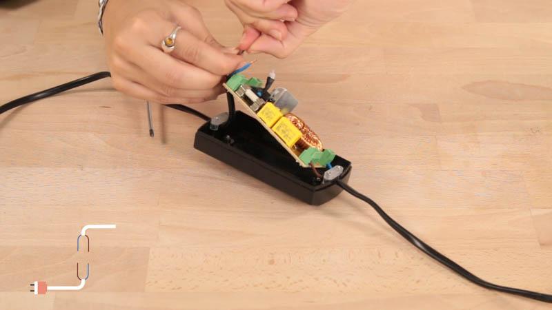 Conexión de los cables fase y neutro en el regulador de suelo