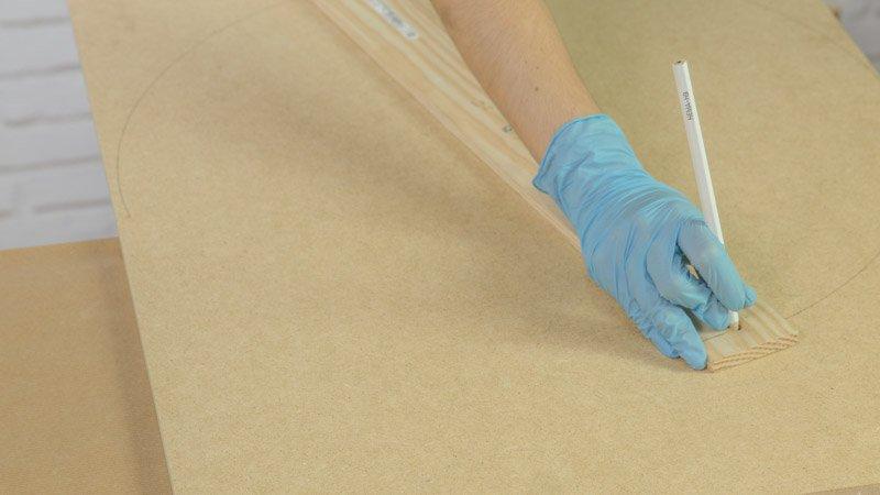 Trazado de la circunferencia sobre un tablero de madera para hacer la base