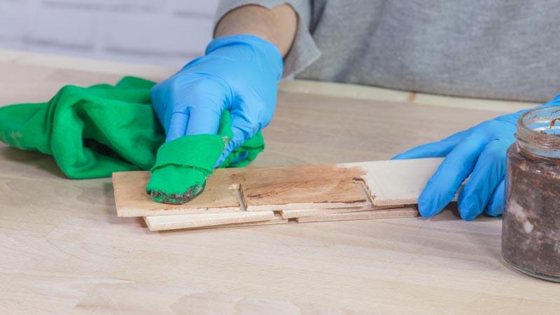 Aplicar cera decorativa a la madera