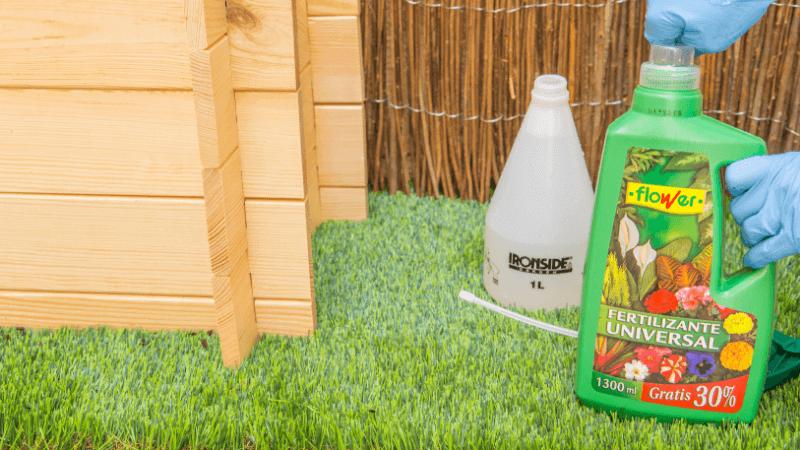 Mezcla el fertilizante universal con agua