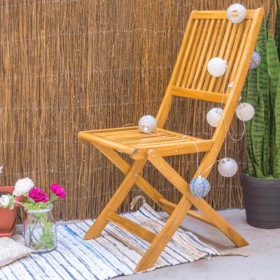 Mantenimiento de un mueble de exterior con aceite de teca