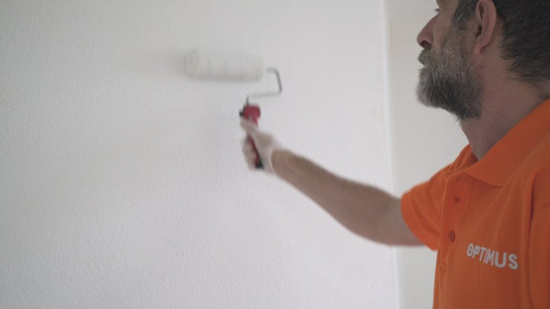 Pasadas de pintura con el rodillo en la pared