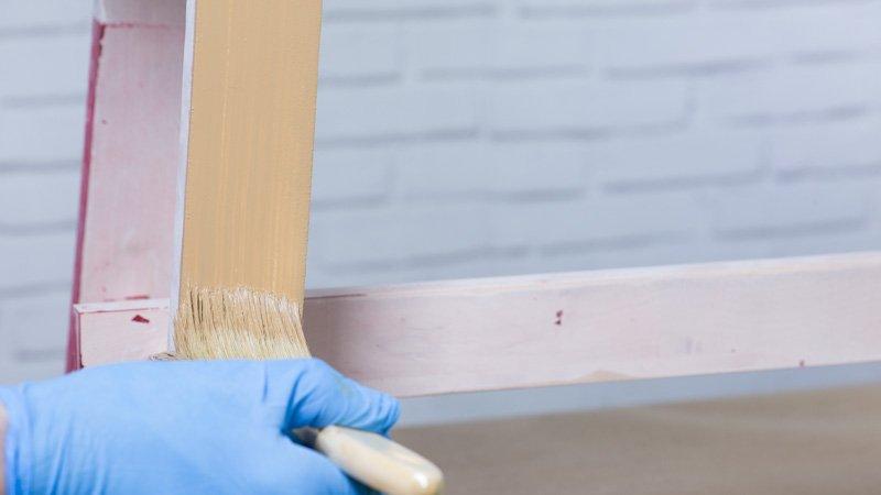 Acabado con nueva pintura del banco de exterior