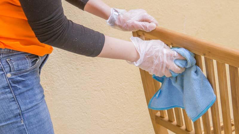 Quitar polvo tras lijar los muebles
