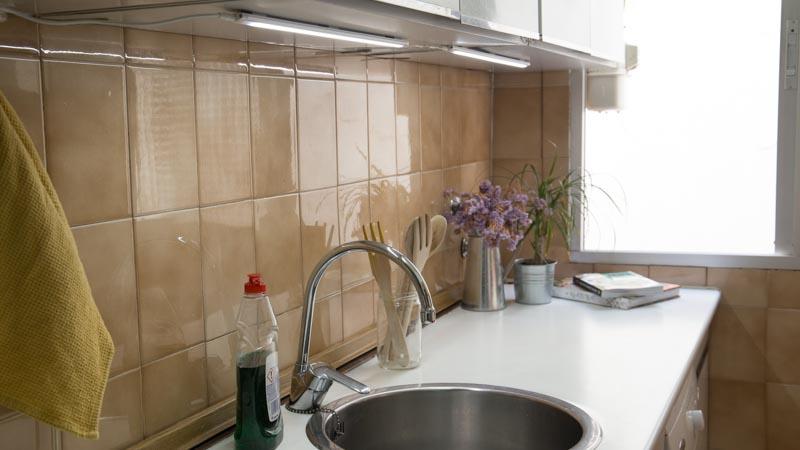 Cómo colocar una regleta LED en la cocina