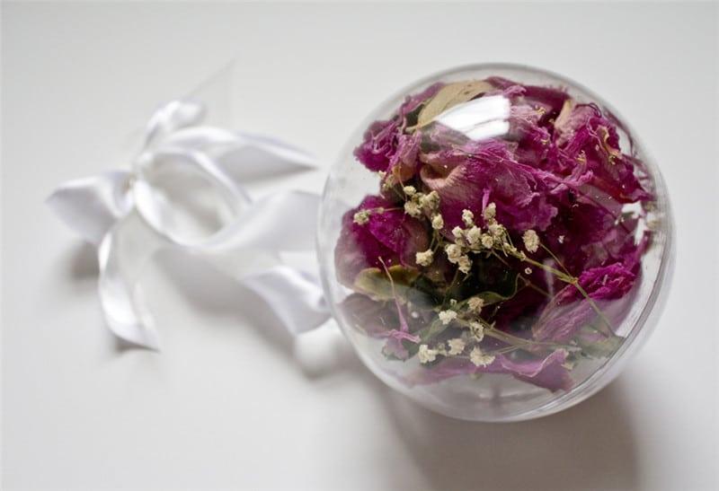 Bola transparente con flores secas