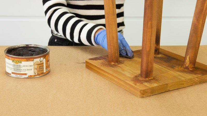 Aplicación de cera para muebles en los que se ha aplicado tinte para madera