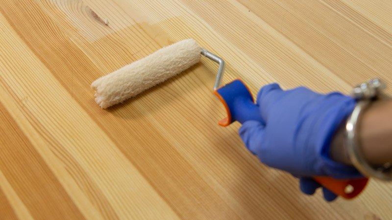Barnizado de una mesa de madera sin tratar