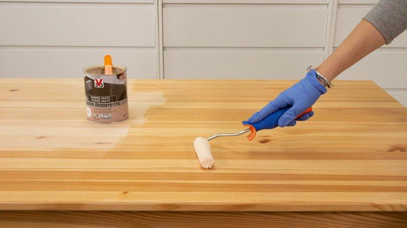 Aplicación de barniz mate de V33 en una mesa de madera