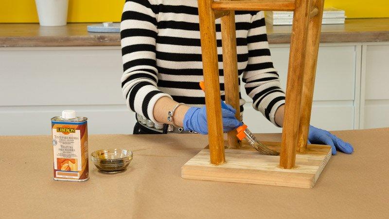 Aplicacion del tinte para madera sobre el taburete