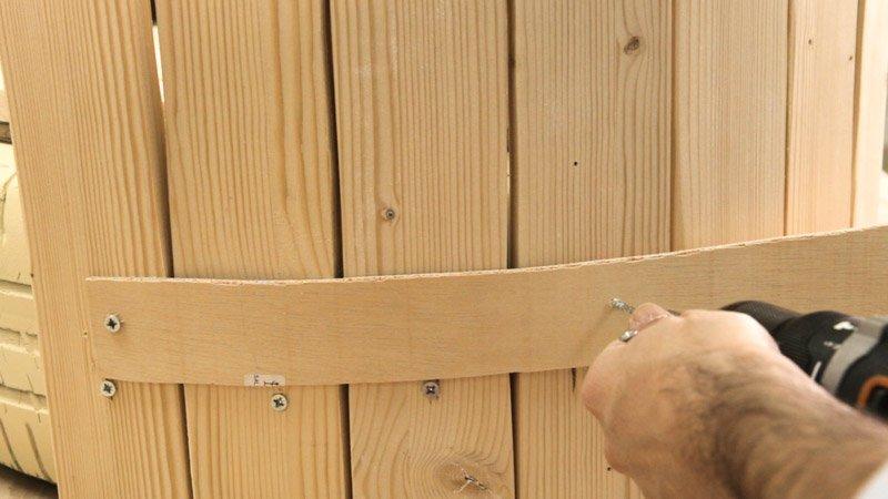 Atornillado de una tablilla de madera para reforzar el respaldo del asiento casero