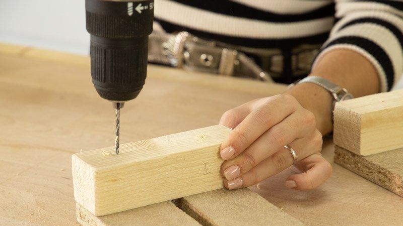 Atornillado del apoyo de madera en el reverso del reno