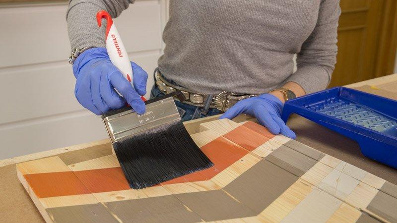 Aplicación de barniz sobre los listones de madera