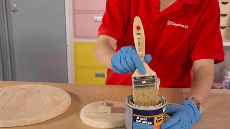 Barniz la madera de la tabla para quesos con un barniz decorativo