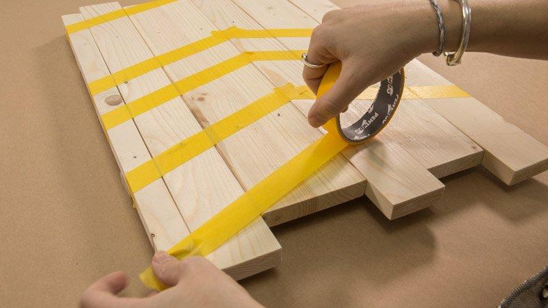 Colocación de cinta de carrocero para marcar el diseño del cuadro decorativo