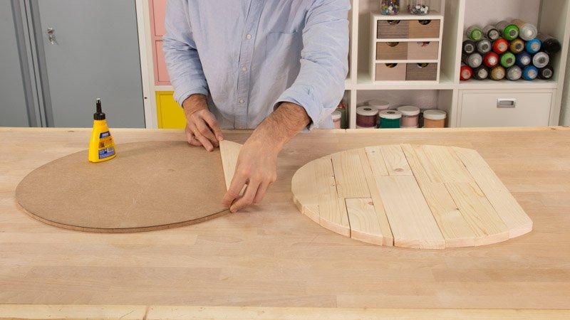 Colocar los tablones de madera en la tabla redonda para hacer la base del asiento.
