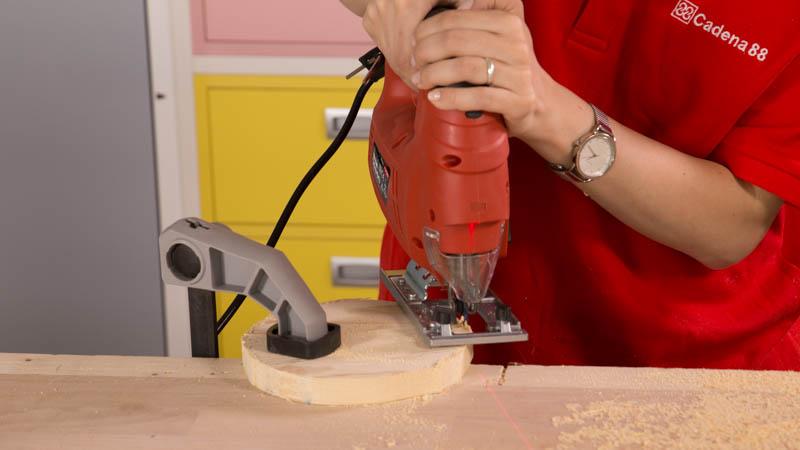 Cortar la base de la tabla para quesos
