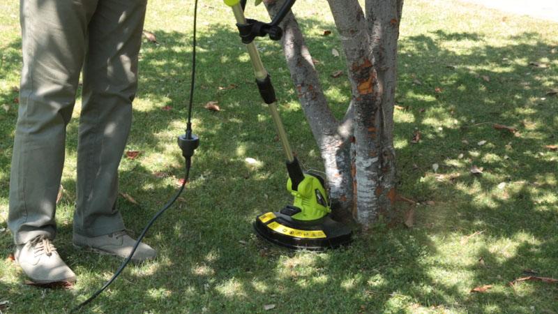 Cortar el césped pegado a los árboles