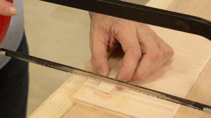 Cortar las piezas de madera para poner las letras del cartel de cocina.