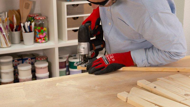 Quitar las esquinas sobrantes del respaldo de madera para el asiento hecho con neumático.