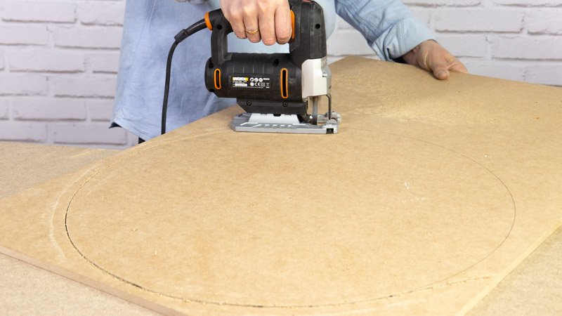 Cortar la madera base del asiento con respaldo.
