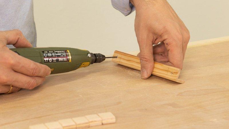 Hacer los agujeros para colocar las cuerdas para colgar el cartel de madera de cocina.