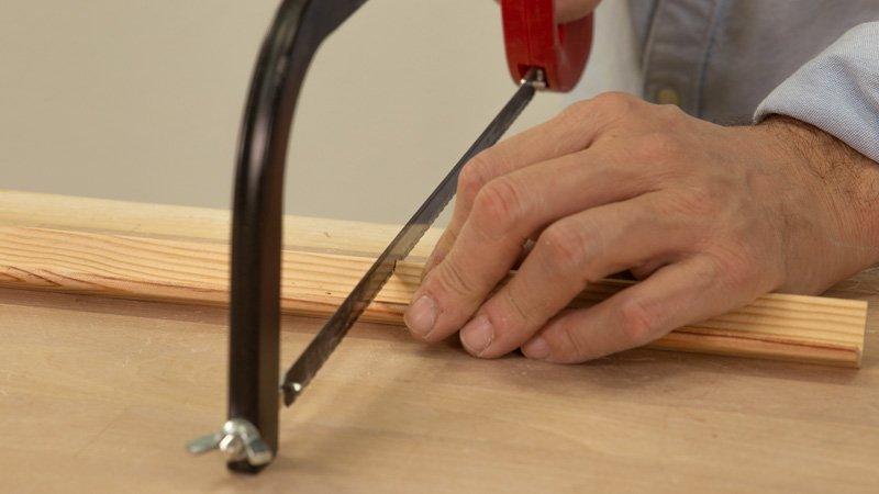 Cortar la madera para el soporte de las letras del cartel de cocina.