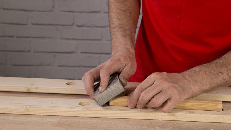 Lija los extremos de las piezas de madera