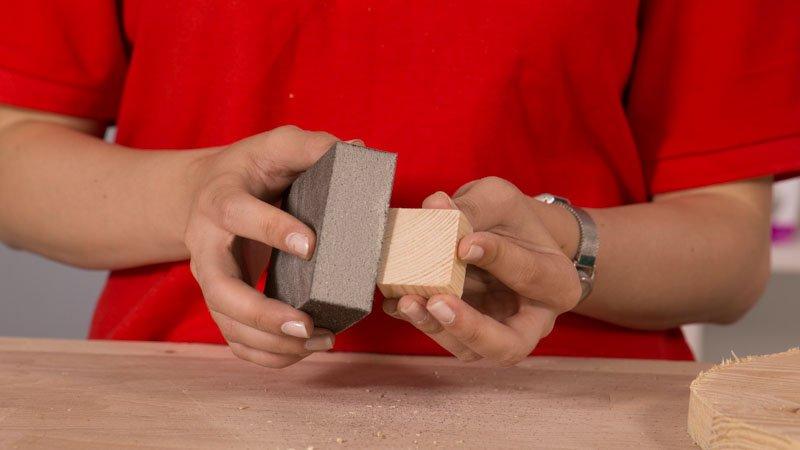 Lija el taco de madera
