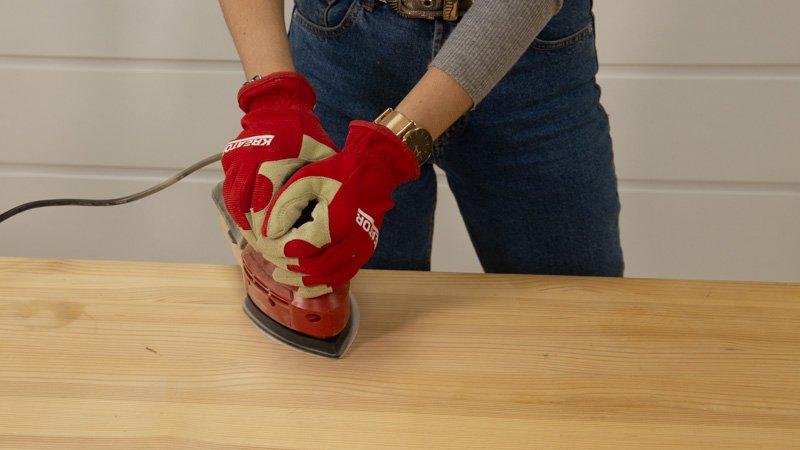 Lijado de la superficie de una mesa de madera