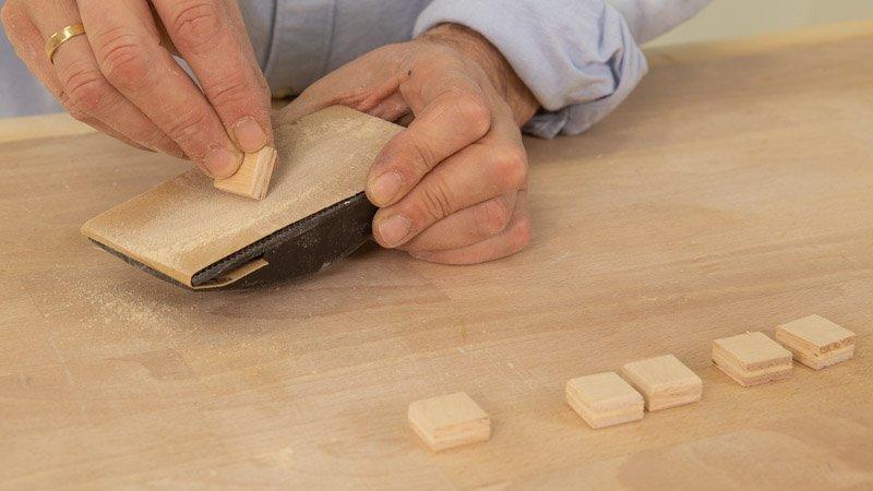 Lijar las letras para el cartel de madera de la cocina antes de pintarlas.