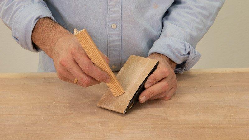 Lijar el soporte de madera del cartel de letras para la cocina..
