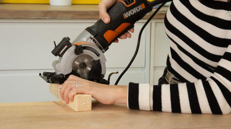 Sierra de calar cortando piezas para la peana del reno