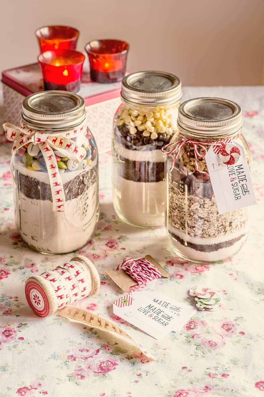 Botes de vidrio con ingredientes para hacer galletas de chocolate