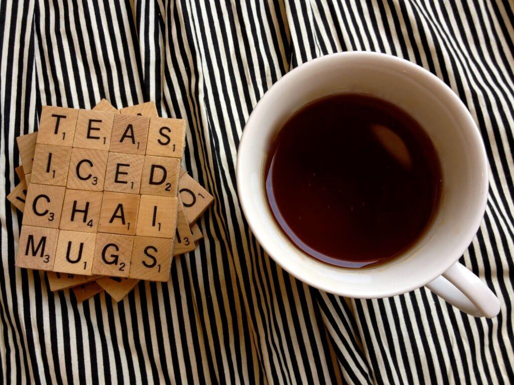 Posavasos con piezas de Scrabble