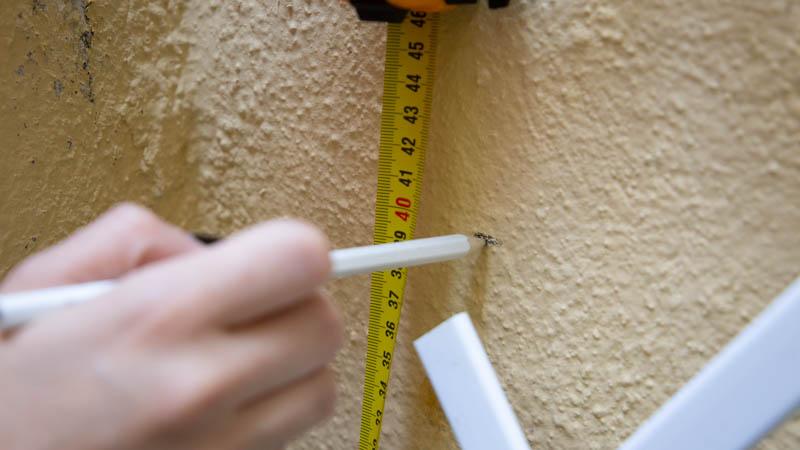 Señalar con un lápiz la altura de la pared de celosía para hacer los agujeros.