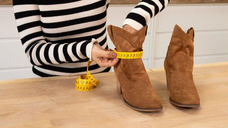 Medir el ancho de las botas donde vas a pegar la decoración boho chic.