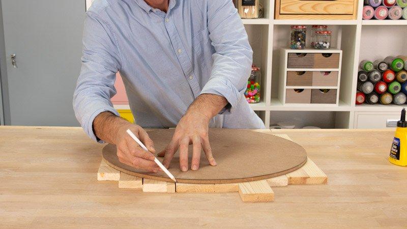 Medir las tablas en relación con el diámetro de la madera base del asiento hecho con un neumático.