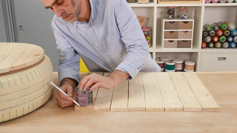 Medir las esquinas del respaldo del asiento hecho con un neumático reciclado.