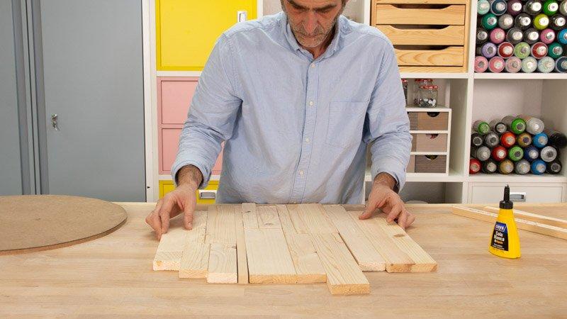 Ordenar los tablones de madera para la base del asiento.