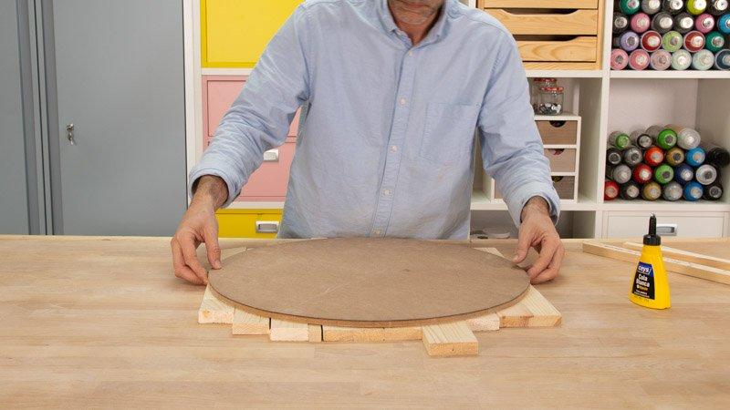 Ordenar los tablones de madera con el círculo de madera que será la base del asiento.