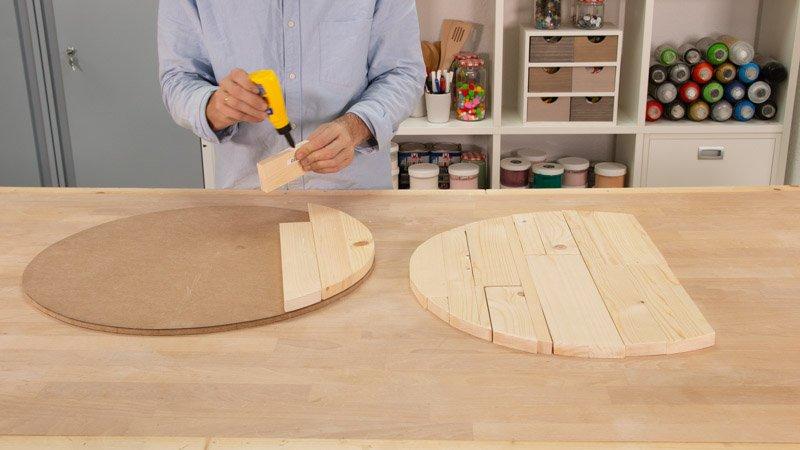 Pegar las tablas cortadas para la base de madera del asiento con respaldo hecho con un neumático.