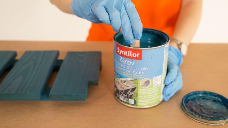 Pintar segunda capa con pintura para muebles de exterior