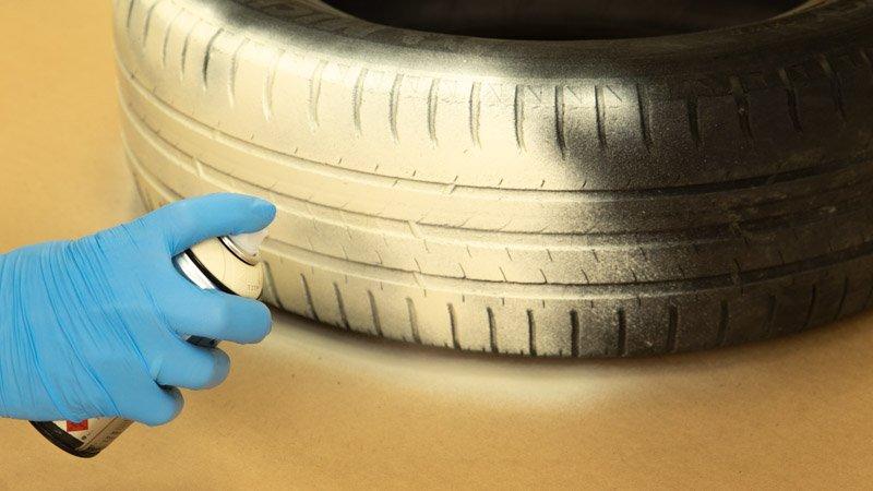 Pintar el neumático con la pintura de spray.